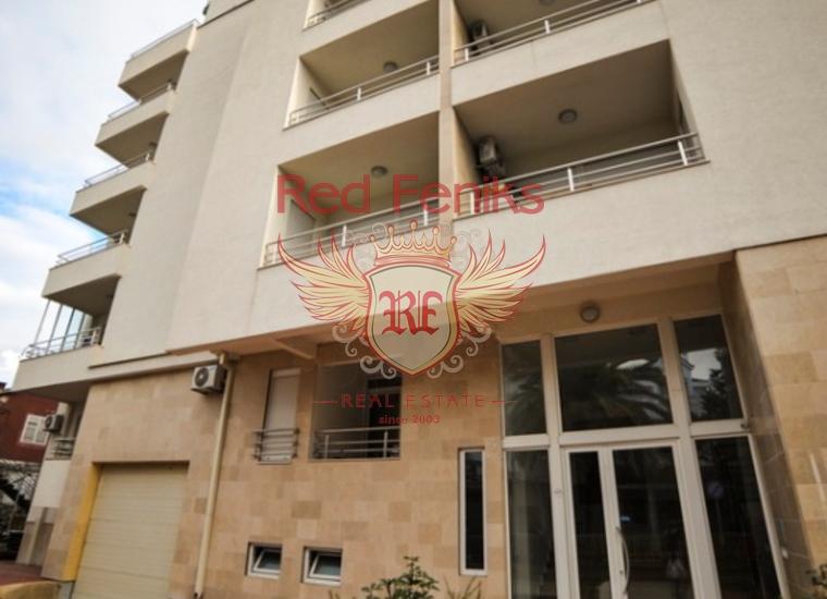 На тихой улице в центре Будвы предлагаются на продажу 2 апартамента вместе : студио-апартамент + апартамент с 1 спальней и террасой! Оба апартамента расположены в одном доме , на первом высоком этаже .