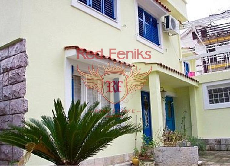 Вилла с семью апартаментами в Бечичах расположена на участке 600м2.