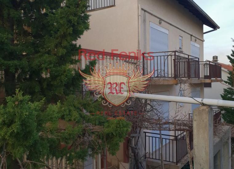 Трехэтажный дом с потрясающем видом на Тиватский залив площадью 300 кв м расположен в живописном поселке Радовичи на участке 600 м, Черногория.