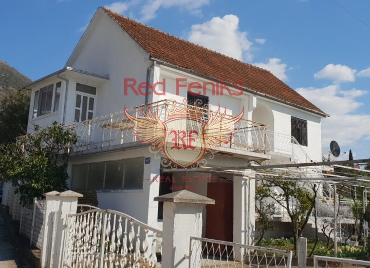 Двухэтажный дом 272 кв м с участком 500 кв метров расположен в 500 метрах от центра Тивата, в Селяново, Черногория.