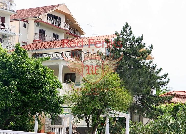 Продается двухэтажная вилла, которая расположена на берегу Адриатического моря в поселке Кумбор с развитой инфраструктурой.