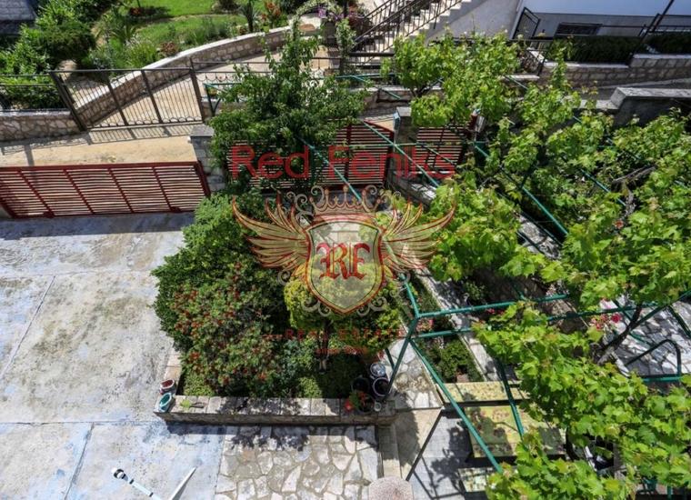 Трехэтажный дом с чудесным садом в Биеле, Дом в Херцег Нови Черногория