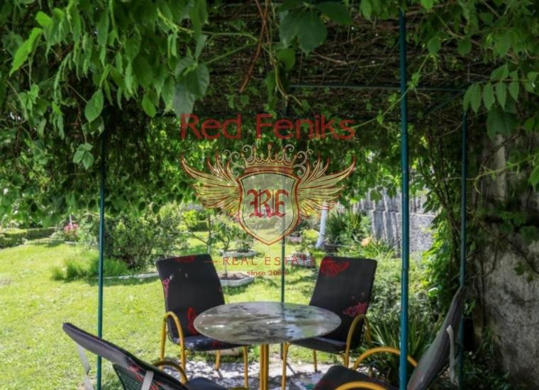 Трехэтажный дом с чудесным садом в Биеле, Вилла в Биела Черногория