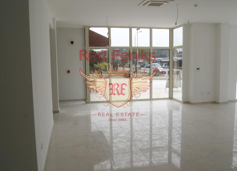 Большое коммерческое помещение расположено на первом этаже, неподалёку от Порто Монтенегро.