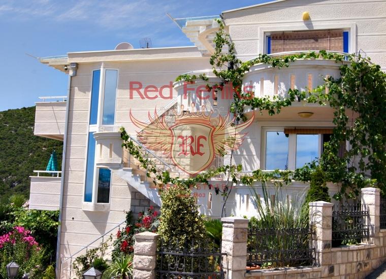 Великолепный дом с изумительным панорамным видом, расположен в Доброй Воде недалеко от пляжа.
