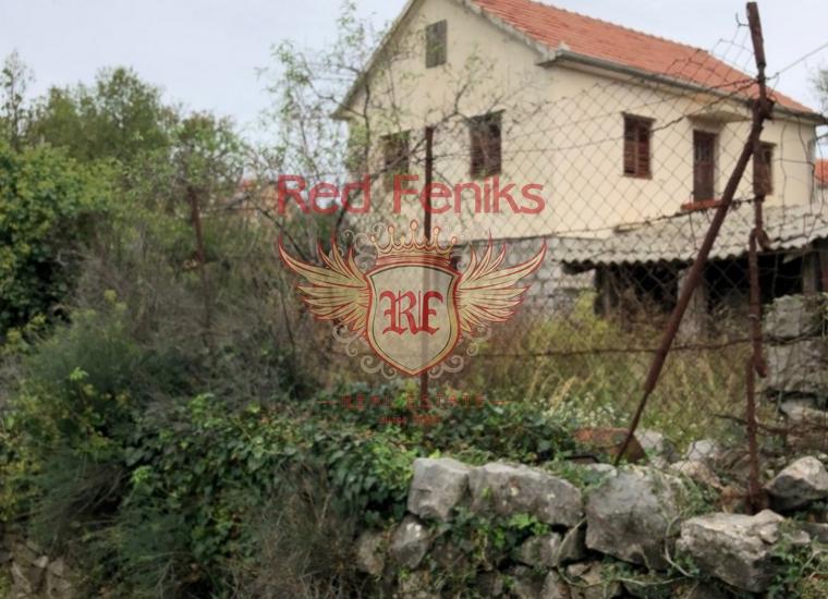 Продается двухэтажный дом площадью 120 кв м + панорамная терраса 14 кв м на участке 700 кв м с двумя вспомогательными объектами 24 кв м под реконструкцию.