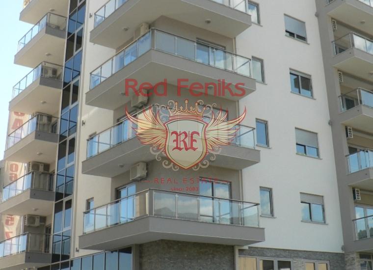 Уютная четырехкомнатная квартира площадью 96 м2 находится на последнем (6 этаже) в новостройке расположенной на первой линии в Будве.