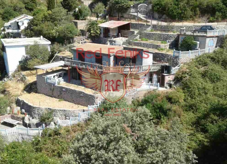 Продается дом с 4 спальнями, расположенными в южной части Черногории, в тихой и спокойной приморской деревне.