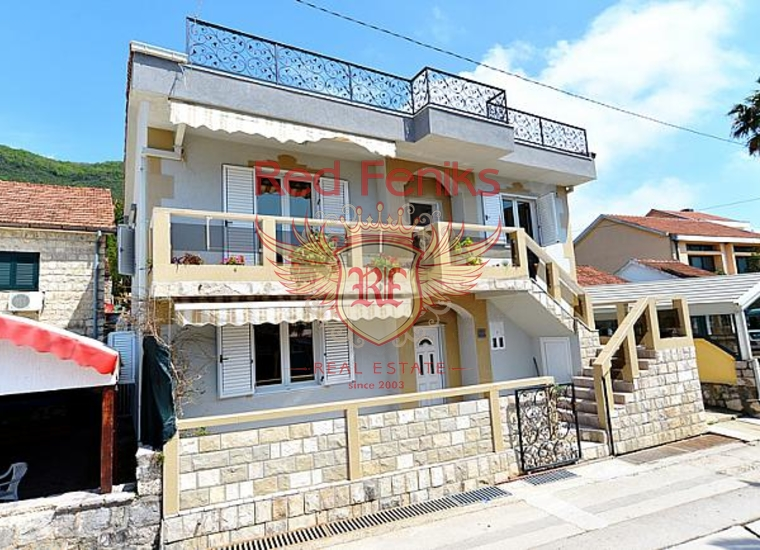Продается вилла с апартаментами на первой линии курортного поселка Кумбор.