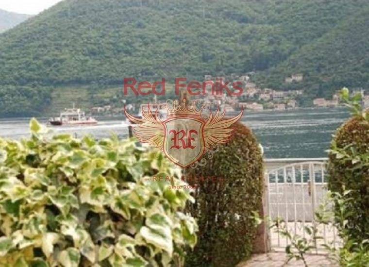 Дом с большим участком в Каменари, 20 м от моря, купить дом в Херцег Нови