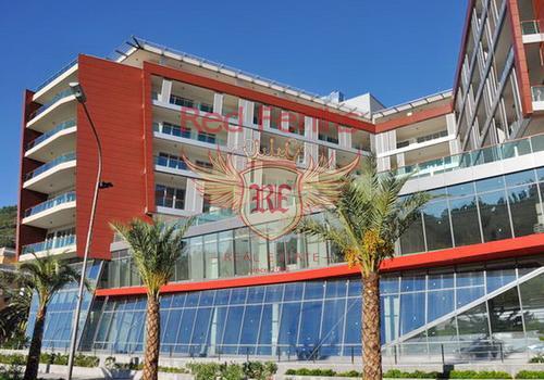 Просторная квартира на продажу в жилом комплексе на первой линии в Будве.