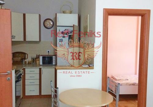 Уютная квартира в Будве площадью 57м2 расположена на первом этаже.