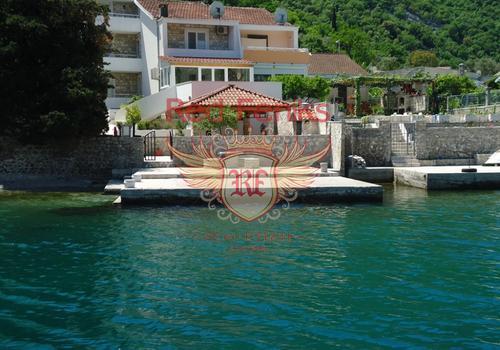 Продается, привлекательная вилла на побережье, с собственным пирсом, подходящим для купания или завязывания небольшой лодки.