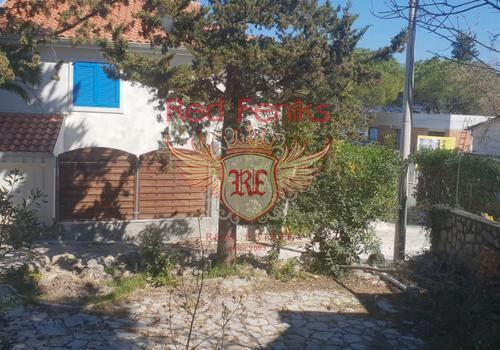 Уютный домик площадью 70 кв м в 40 метрах от пляжа (ниже дороги) в живописной деревне Крашичи, полуостров Луштица.