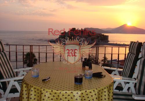 Восхитительный вид на Святой Стефан!   Квартира с просторной террассой и прямым видом на знаменитый Святой Стефан в Черногории.