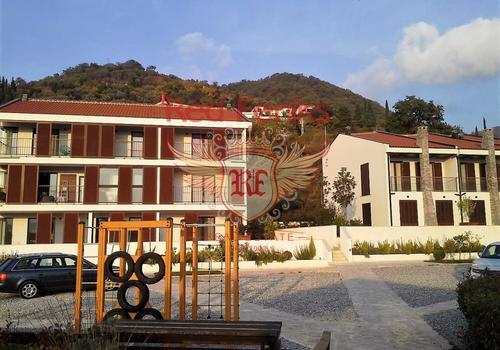 Апартаменты с двумя спальнями в новом клубном комплексе в Тивате, Черногория.