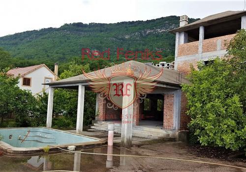 Участок  находится в центральной части поселка Кавач, который территориально и административно принадлежит муниципалитету Котор (Черногория).