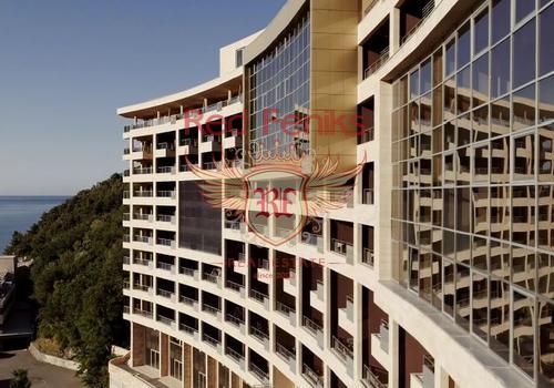 Продается новая двухуровневая 3-комнатная квартира с 2 спальнями с панорамным видом на море, большой террасой и высокими потолками!  Роскошный гостиничный комплекс на первой линии Будванской Ривьеры! Общая площадь 152м2.