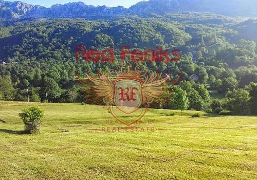 Продается живописный участок площадью 22 050м2 и 1 га леса.